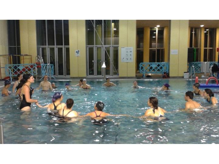 Ronde aquatique à la piscine  Nakache